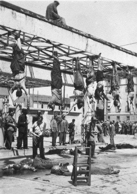 Ciała faszystów wieszane na dachu modernistycznej stacji benzynowej w Mediolanie.